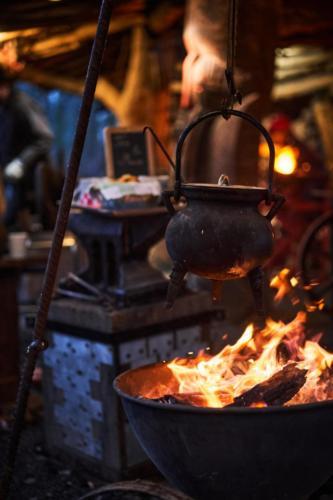 Tee kochen auf dem Feuer